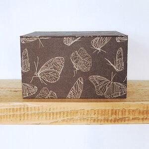Geschenkbox mit Schmetterlingspapier bezogen - Biostoffe Berlin by Julie Cocon