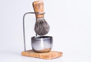 Rasierpinselhalter DESIGN PLUS inkl. Edelstahl-Tiegel glänzend & Rasierpinsel Kunsthaar - Olivenholz erleben