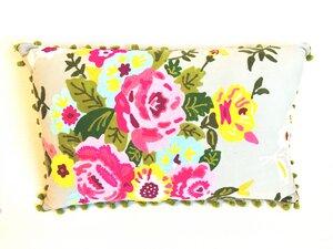 graues Kissen mit bunten Blumen bestickt  - Only Natural