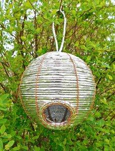 Vogelhaus Nistkasten Kugel Silber aus Süßigkeitenpapier Ø 17 cm - fairanda