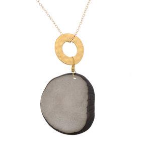 Stilvoller Tagua-Anhänger und ein goldfarbener Ring mit Gliederkette - MoreThanHip-Joyas