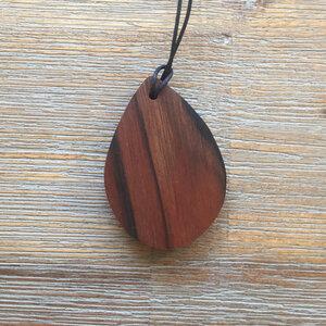 Kette in Tropfenform aus verschiedenen Holzarten - Lajos Varga