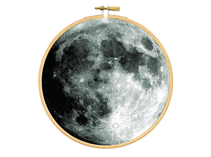 Mond im Stickrahmen als Bild - renna deluxe
