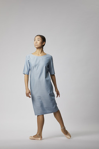 Kleid mit Rückenausschnitt aus Tencel - Hellblau - LUXAA