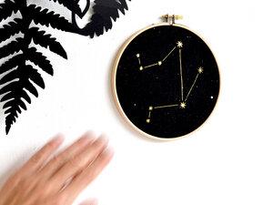 Sternzeichen in Gold als Bild im Stickrahmen - renna deluxe