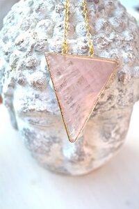 5th Element Rosenquarz Dreieck Halskette, vergoldet - Crystal and Sage