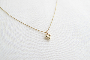Halskette Gold - Delicate triple dot necklace - 9ct yellow gold - Wild Fawn Jewellery
