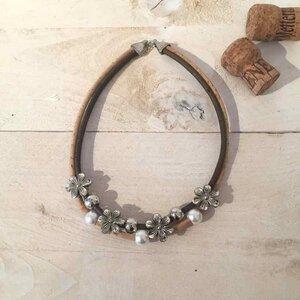 Korkcollier Korkkette silber Charms Blumen, weißen und silber Perlen  - Living in Kork