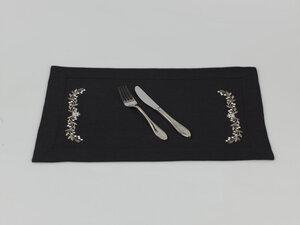 Besticktes Tischset mit Rahmensaum und Blütenornament - Marschall & Riedler