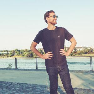 Cityfox Stick – Männer Shirt – Black - dressgoat