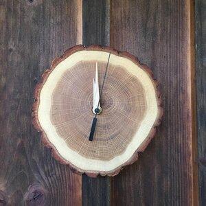 Wanduhr aus Eichenholz mit Sekundenzeiger in schwarz - echtholz