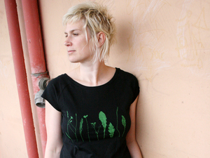 Bio-& Fair-Trade-Frauenshirt 'Finnischer Garten' schwarz - Hirschkind