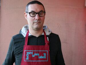 Bio-& Fair-Trade-Kochschürze 'Bockwurst ist kein Lebensstil' rot - Hirschkind
