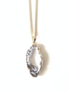 Ananda - vergoldete Halskette mit Achatscheibe mit Kristalldruse - Crystal and Sage