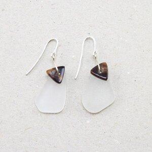 """Ohrringe """"Paddel"""" aus Seeglas mit Horn- Dreieck - steinfarben"""