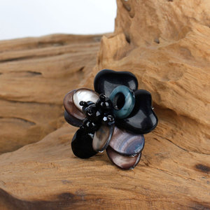Ring mit einer Blume aus Steinen und Perlen - Sjaal met Verhaal