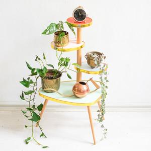 Pastellfarbener Blumentisch im 60er Jahre Design - Mighty Home