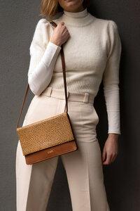 Handtasche mit Klappe aus fairem, geprägtem Leder, Shoulderbag - frisch Beutel