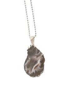 Cave - Halskette mit einer vergoldeten Achathöhle - Crystal and Sage
