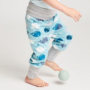 "Pumphose aus Bio-Baumwolle ""Wale"" Blau/Zartrosa/Grau - Cheeky Apple"