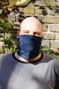 Gesichtsmaske und Schal in einem in verschiedenen Farben - Kollateralschaden