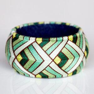 Armreif mit geometrischem Muster in Grün | YUMAKO - ALEXASCHA