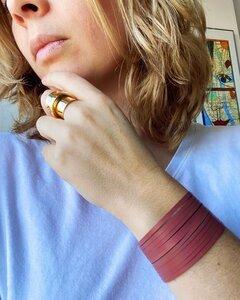 Twirl doppelfarbiger Armband aus recycelten Druckerriemen (Kirschrot) - SAPU
