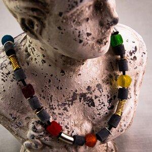 """Halskette """"Freiraum"""", Horn und Recyclingglas auf Kautschuk  - steinfarben"""