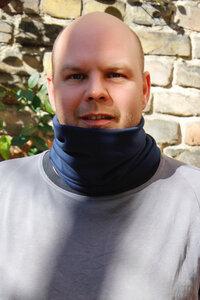 Schal und Gesichtbedeckung in einem in verschiedenen Farben - Kollateralschaden