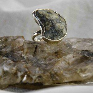 "Silberring ""Handfest_III"", Kieselstein in Silber gefasst, Fair Trade - steinfarben"