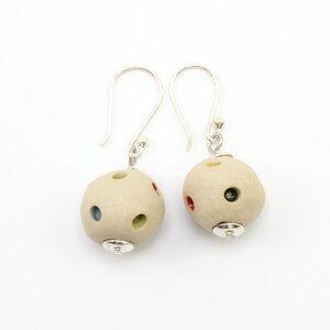 """Ohrringe """"Klunker"""", handgefertigte Keramik-Perlen, Ohrhaken Silber - steinfarben"""
