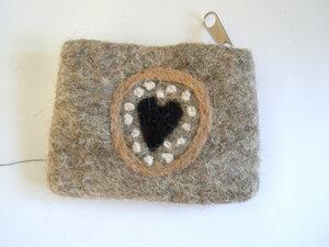 handgefilztes Portemonnaie  mit Reißverschluss aus reiner Schafswolle - short'n'pietz
