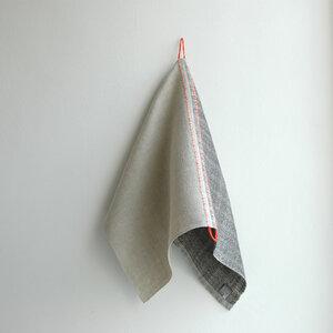 Handgewebtes Leinenhandtuch, Leinenhandtücher von tuchmacherin, natur/schiefer mit eingewebtem Aufhänger - tuchmacherin - handgewebtes design + filz