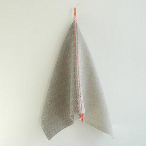Handgewebtes Leinenhandtuch, Leinenhandtücher von tuchmacherin,  natur/grau mit eingewebtem Aufhänger - tuchmacherin - handgewebtes design + filz