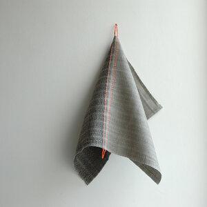 Handgewebtes Leinenhandtuch, Leinenhandtücher von tuchmacherin,  grau/schiefer mit eingewebtem Aufhänger - tuchmacherin - handgewebtes design + filz