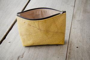 Handgenähte Kosmetik-Tasche, Federmappe, aus recycelten und laminierten Blättern - BY COPALA