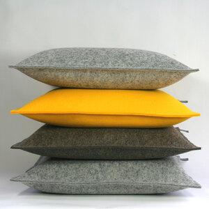Filzkissen 40x40 graubraun-meliert Sofakissen Filz von tuchmacherin - tuchmacherin - handgewebtes design + filz