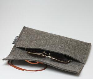 Stifte- oder Brillenetui aus Filz von tuchmacherin, graubraun-meliert - tuchmacherin - handgewebtes design + filz
