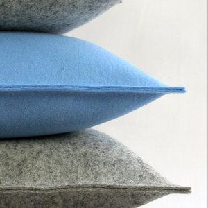 Filzkissen 50x50 himmelblau Sofakissen Filz von tuchmacherin - tuchmacherin - handgewebtes design + filz