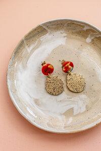 """Ohrring """"EYOTA"""" aus Messing in Gold mit Rot und Grün - ALMA -Faire Streetwear & Schmuck-"""
