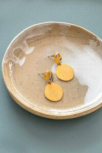 """Ohrring mit Stecker """"DARIA"""" aus Messing und Acetate in gold und gelb, beige - ALMA -Faire Streetwear & Schmuck-"""