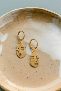 "Ohrringe ""FACE "" Messing in gold - ALMA -Faire Streetwear & Schmuck-"