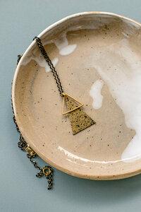 "Kette ""SU"" aus Messing in Gold, schwarz gesprenkelt Dreiecke - ALMA -Faire Streetwear & Schmuck-"
