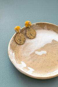 """Ohrringe """"SARA"""" aus Messing in Gold mit schwarz gesprenkelt - ALMA -Faire Streetwear & Schmuck-"""