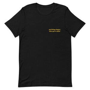 "Unisex T-Shirt aus Bio-Baumwolle ""Good things happen when you're naked"" Stickerei - Bretter&Stoff"