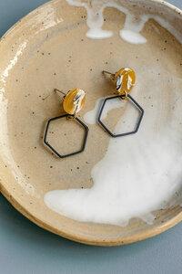 Ohrring 'MARLA' mit farbigen Acetate in schwarz oder senf - ALMA -Faire Streetwear & Schmuck-