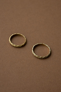 Goldener Ring Bindu aus Messing mit gehämmerter Oberfläche - Jyoti - Fair Works