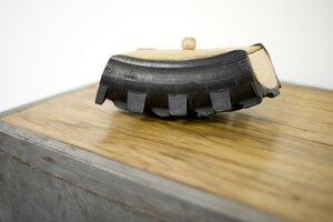 Reifenbox aus recyceltem Motorradreifen und Fraké-Holz / Industrial Upcycling - Moogoo Creative Africa