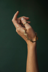 Goldener Armreif Patee aus Messing mit Blättermuster - Jyoti - Fair Works
