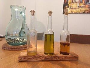 Glasflaschen für Öle oder Essig mit Sockel aus Olivenholz - Olivenholz erleben